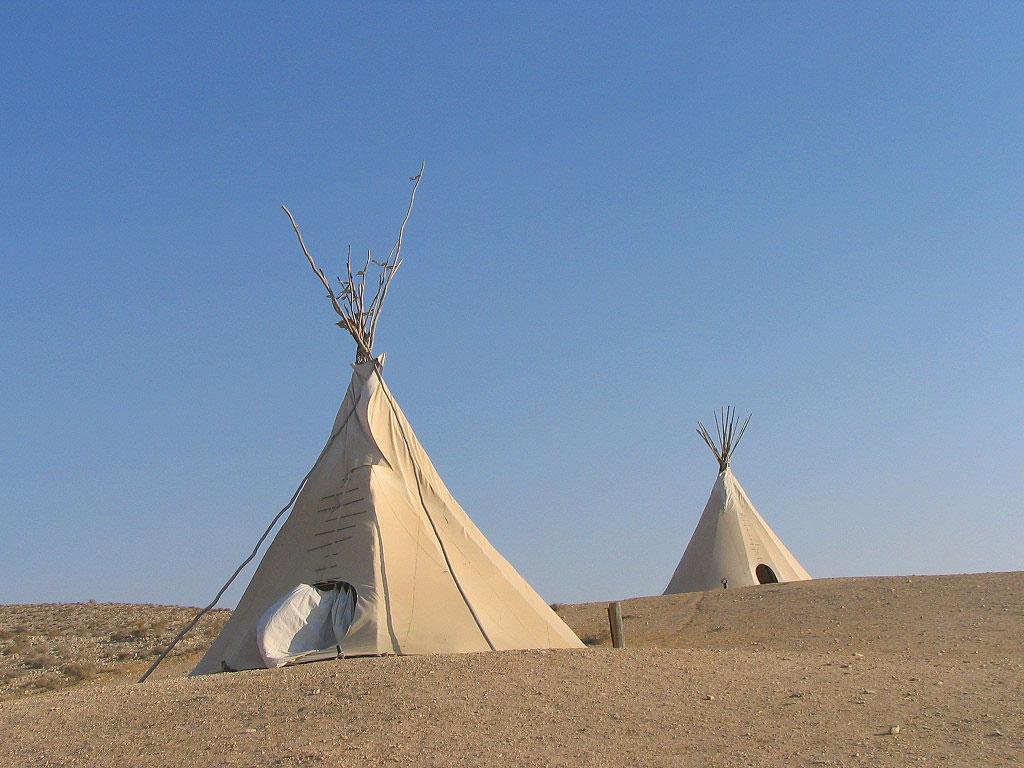 חוות זית במדבר, חוות זית המדבר, אוהלי טיפי אינדיאנים, אוהלים אינדיאנים, קמפינג בנגב, אורחן בנגב